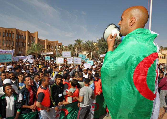 احتقان اجتماعي خطير بالجزائر ..و النقابات تهدد بالنزول للشارع