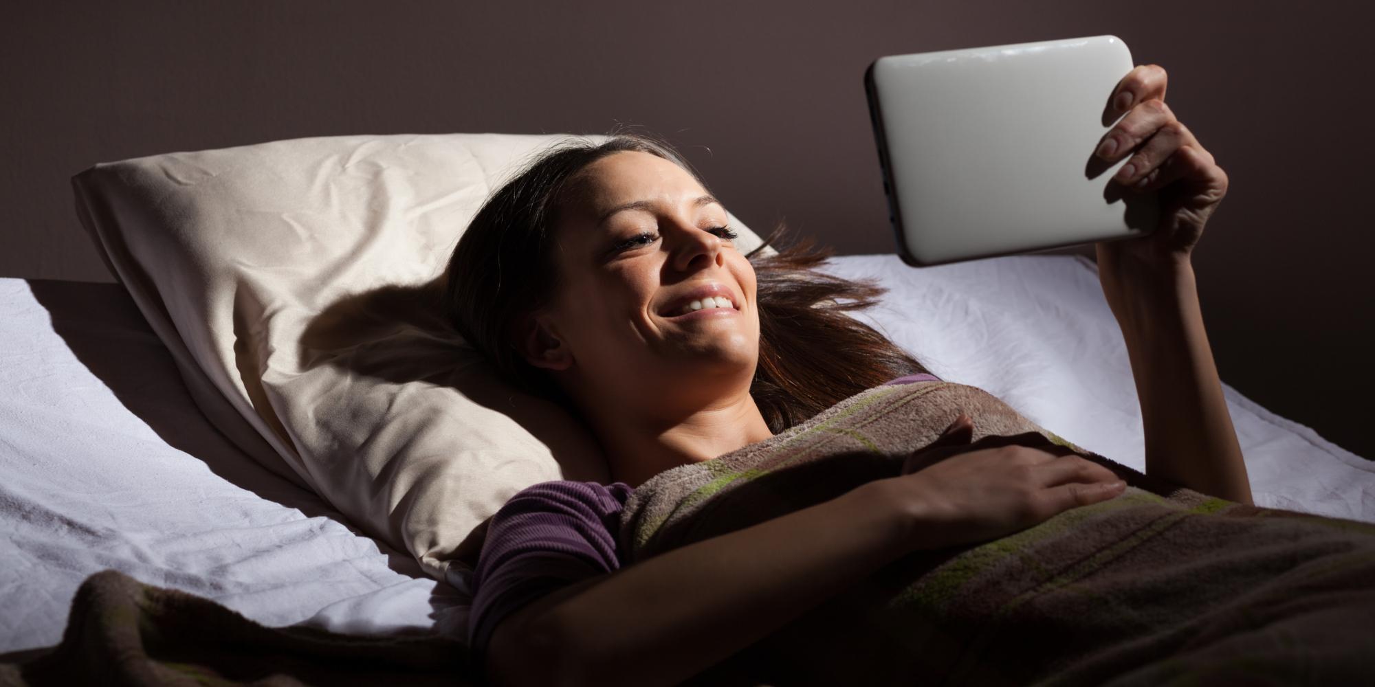 أحذروا استخدام الهاتف قبل النوم بساعة  لهذه الأسباب…