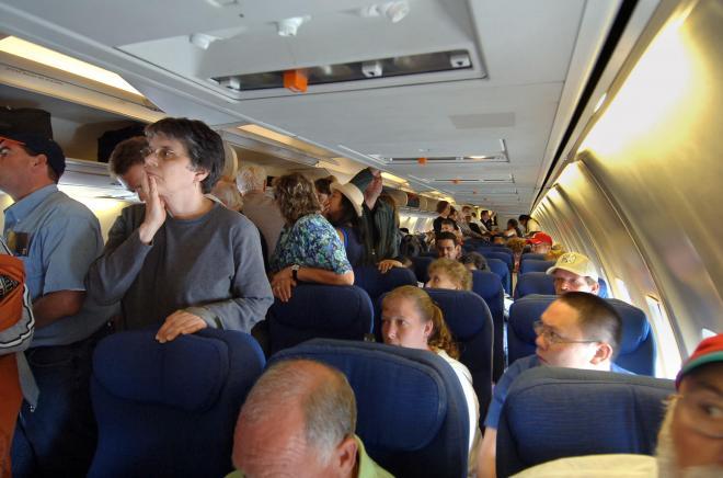 صلاة راكبيْن مغربيين تتسبب في نزول اضطراري لطائرة!