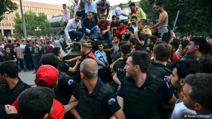 محاولة الانقلاب في تركيا: القوات الموالية للحكومة تستعيد السيطرة على مقر قيادة القوات المسلحة التركية