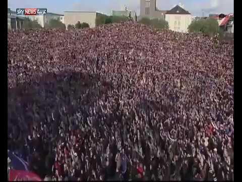 """""""تصفيق الفايكنغ"""" .. أكثر من 10 آلاف آيسلندي يحيون منتخبهم بعد هزيمته من فرنسا"""