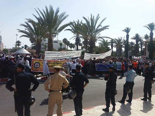 """بالصور…المئات من المغاربة يحتجون على """"أزبال ايطاليا"""" بآسفي ويطالبون الحيطي بالاستقالة..#حنا ماشي مزبلة"""
