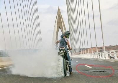 صورة مبركة لجسر محمد السادس تخلق جدلا
