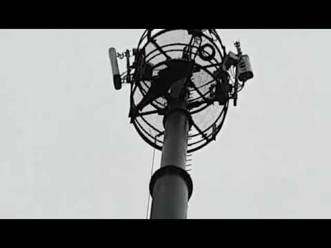 مواطن يصعد أعلى عمود للريزو بتطوان و يهدد بالانتحار