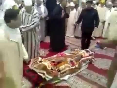 طقوس غريبة على الميت لصوفيين من الزاوية الدرقاوية بالمغرب !!!!
