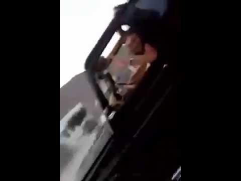 الملك يتجول بسيارته المكشوفة على طريق الحسيمة