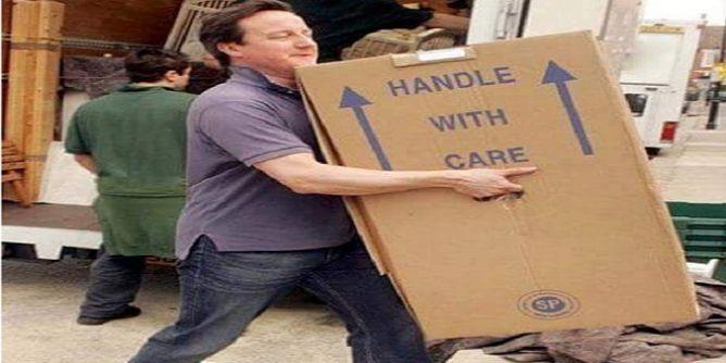 رئيس الوزراء البريطاني ينقل أثاثه من مقرّ الحكومة بعد استقالته من منصبه