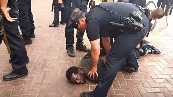 فيديو يظهر رجلا أسود يداه لأعلى قبل أن تصيبه شرطة فلوريدا بالرصاص