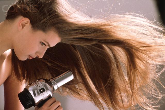 احذرى تجفيف شعرك بالفرك بالمنشفة