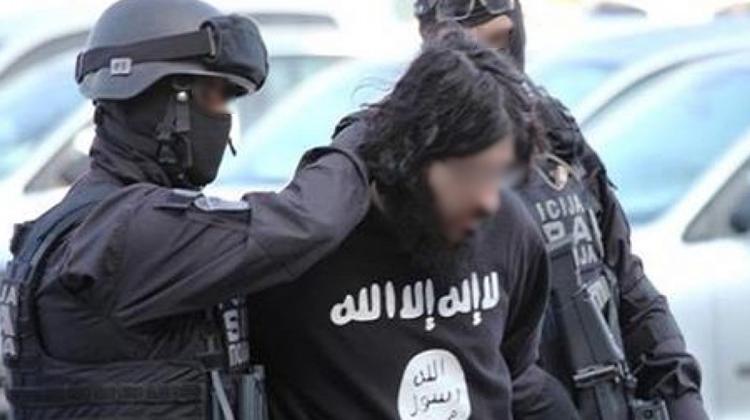 """تازة.. توقيف مهندس دولة في المعلوميات للاشتباه في تورطه في نشر وتوزيع أقراص مدمجة تحرض وتشيد بالعمليات الإرهابية لتنظيم """"داعش"""""""