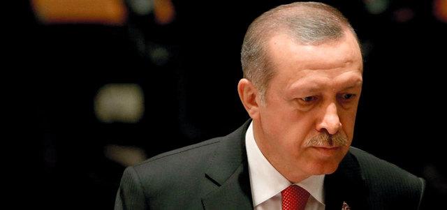 اردوغان يدمع ويبكي خلال دفن احدى رفاق دربه من ضحايا الانقلاب الفاشل