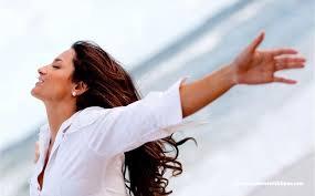 الابتعاد عن الشمس سر ظهور المرأة أصغر سنا من عمرها الفعلي