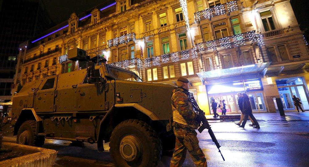 """رجل """"هتف الله اكبر"""" يصيب شرطيتين بساطور في شارلروا البلجيكية"""