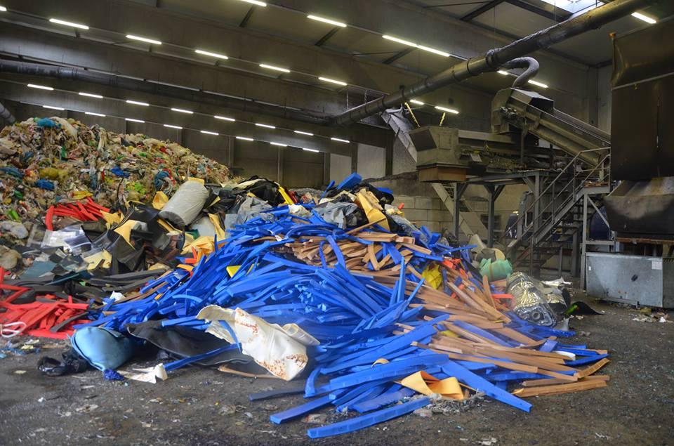 الحكومة تتراجع عن منع استيراد النفايات