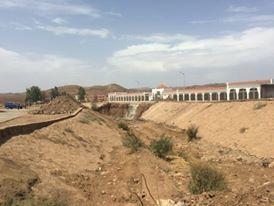 جاو يصلحوها كفسوها: بلدية الرماني تضع أثربة في الوادي لانشاء قنطرة