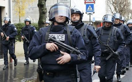 فرنسا تطرد جزائريا يشتبه في صلاته بمتشددين