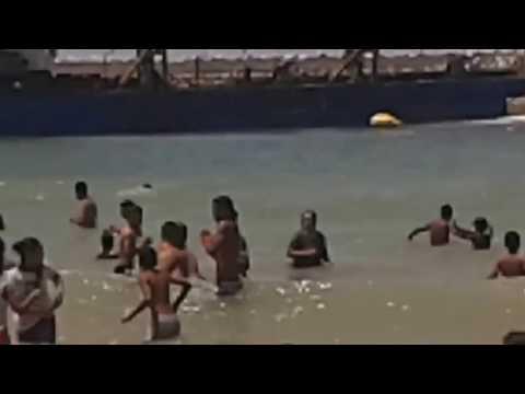 شاطئ آسفي: سفينة ضخمة ترمي نفاياتها على المواطنين في الشاطئ