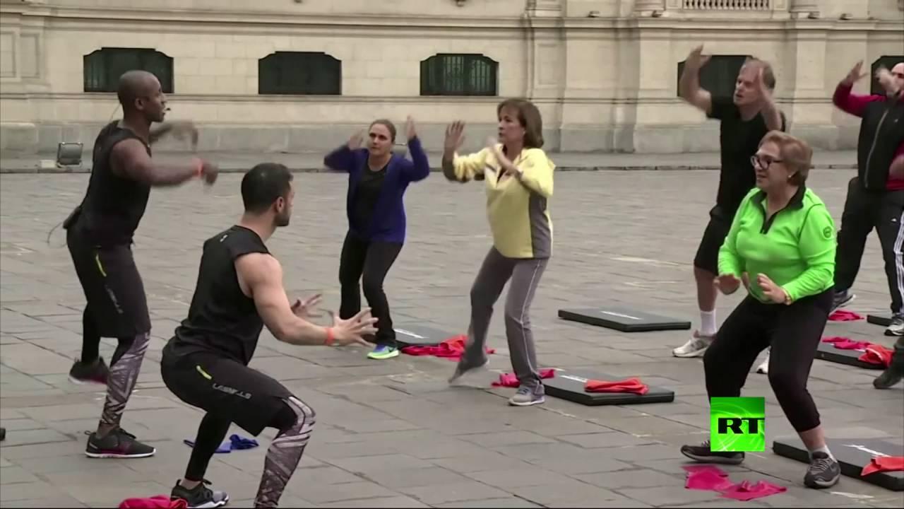 الرئيس البيروفي يمارس تمارين رياضية أمام مبنى الرئاسة