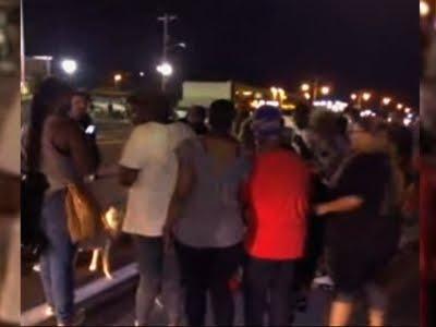 سيارة تدهس أحد المحتجين بفيرجسون الأمريكية وإطلاق نار