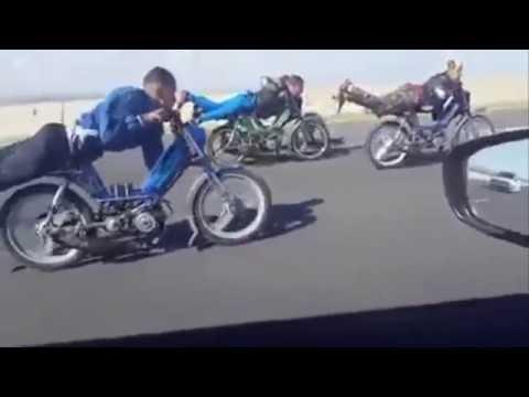 شباب مغربي متهور يتسابق بالدراجات النارية بطريقة خطيرة من أجل الموت على الطريق السير