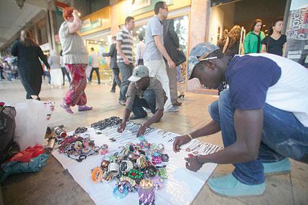 """""""الفراشة"""" والتجار الأفارقة من جنوب الصحراء يحولون قارعة الطرق بالرباط الى أسواق"""