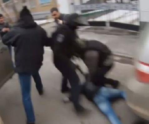 الأمن: شريط الفيديو المتداول حاليا على مواقع التواصل الاجتماعي والذي يصور شخصا يعترض سبيل المواطنين بتمارة، يوثق لاعتداء مقرون بالسرقة وقع منذ أكثر من أربع سنوات