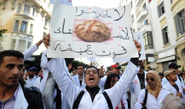 """الموظفون ينزلون إلى الشارع احتجاجا على الاقتطاعات ولإلغاء """"معاشات الريع"""""""
