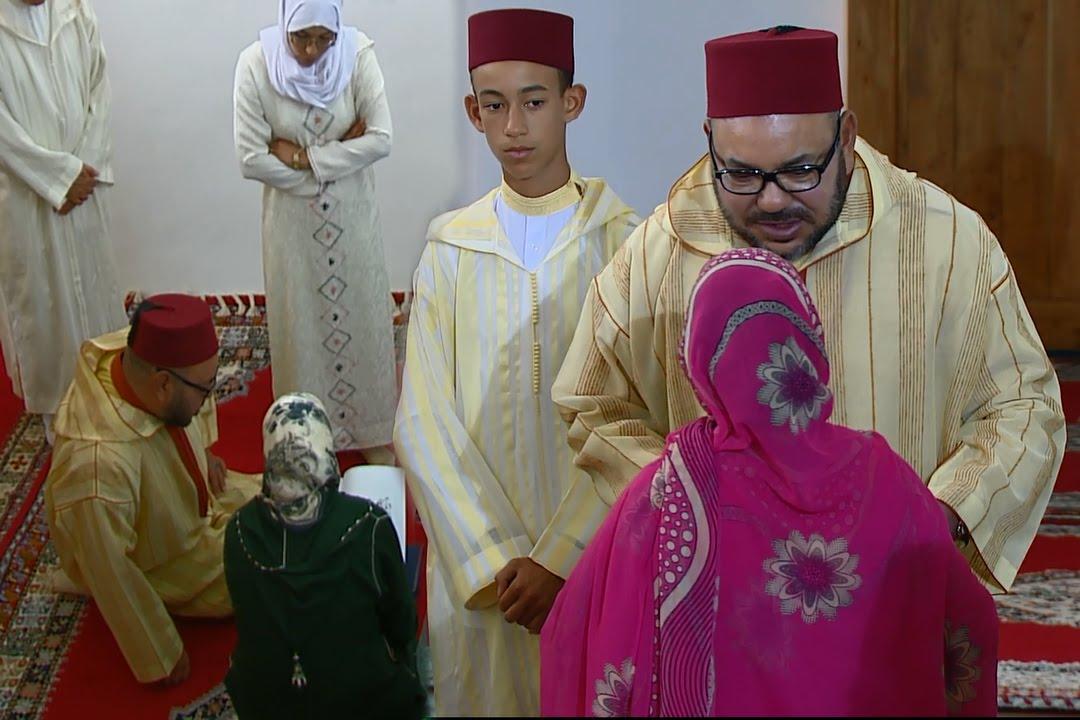 الملك محمد السادس يسلم جوائز مالية وشهادات تقديرية للمتفوقين في برنامج محو الأمية
