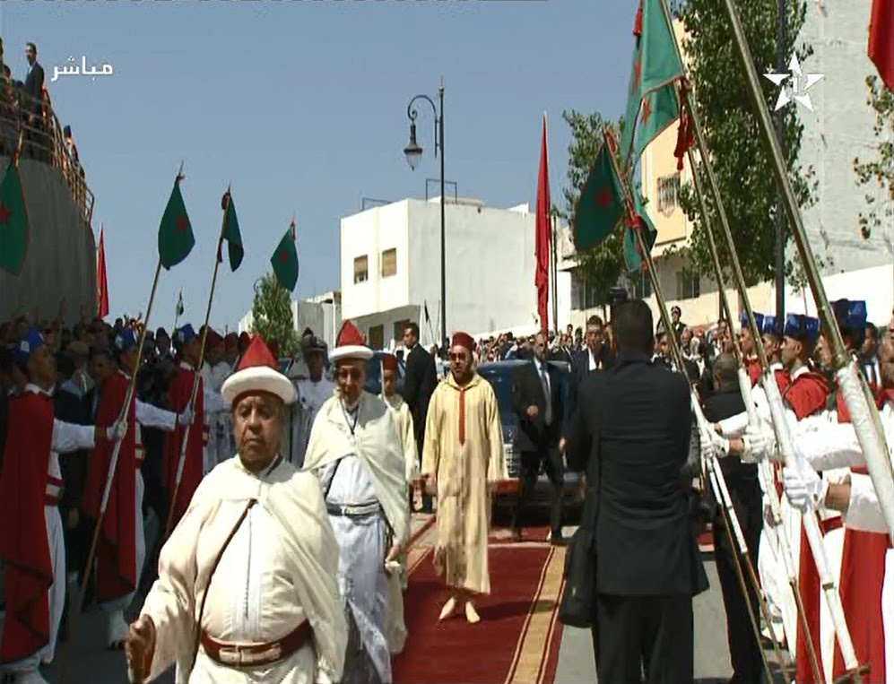 لحظة وصول الملك محمد السادس لمسجد الامام البخاري بطنجة لأداء صلاة الجمعة