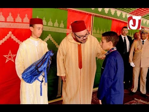 شاهد الملك محمد السادس و مولاي الحسن يوزعان المحافظ المدرسية على أطفال مدرسة مولاي يوسف بطنجة