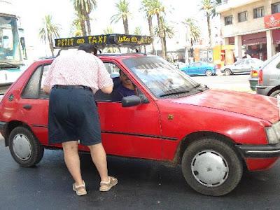 سيارة أجرة صغيرة في خدمة المخدرات الصلبة بالبيضاء