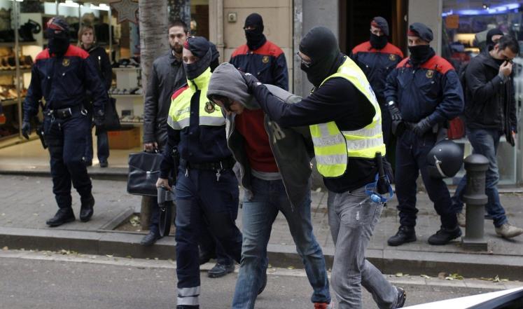 إسبانيا .. اعتقال مغربيين مجدا الإرهاب على الإنترنت