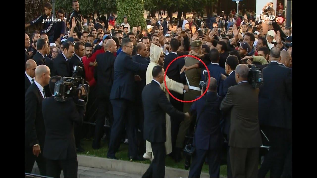 المواطنون يتدافعون لمصافحة الملك محمد السادس