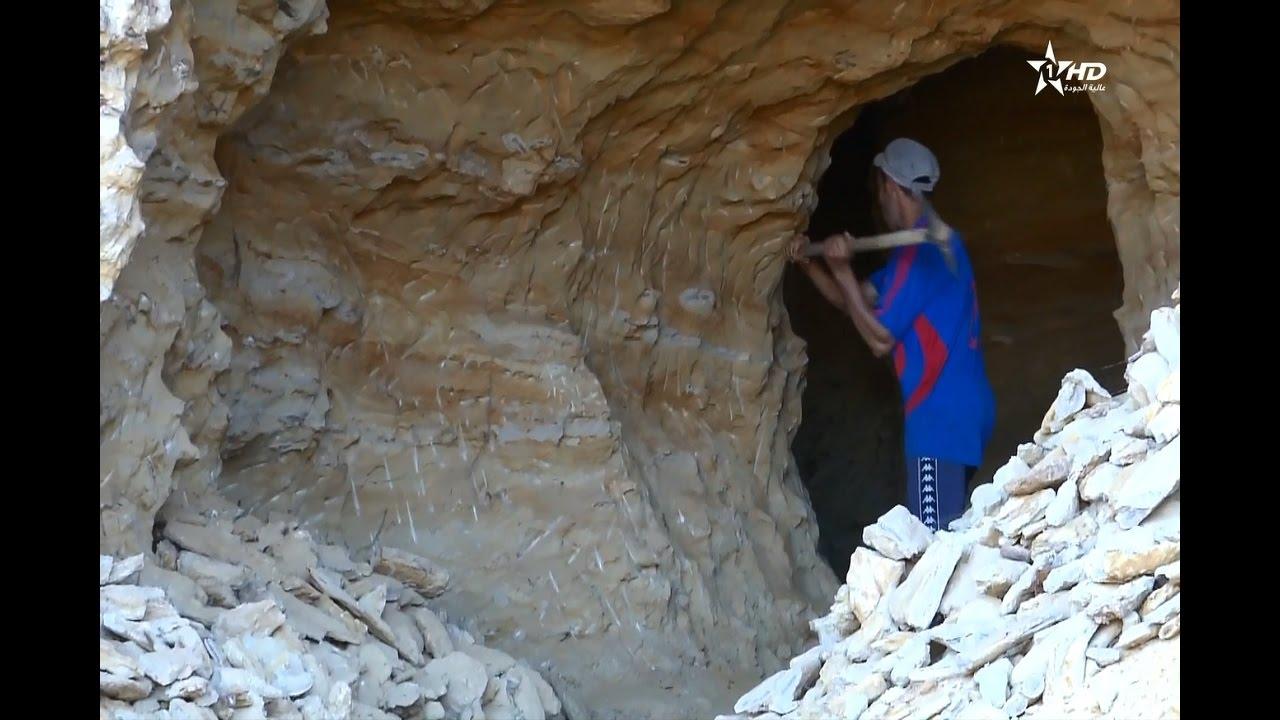 مواطنون يواجهون خطر الموت من أجل استخراج الرمل لتوفير لقمة العيش