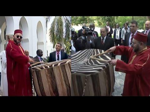 مشهد رائع للملك محمد السادس يدق على الطبل رفقة رئيس تنزانيا