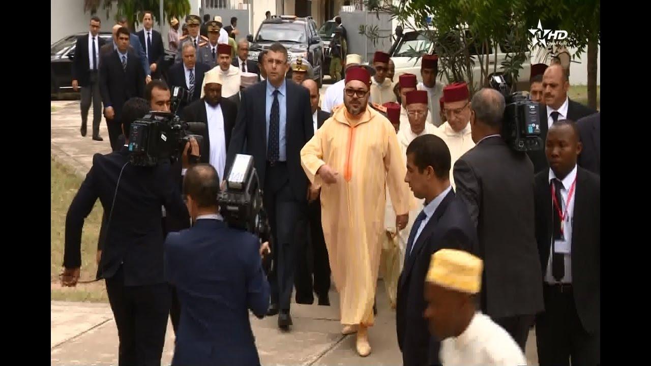 شاهد الملك محمد السادس يؤدي صلاة الجمعة بمسجد الشورى بزنجبار التنزانية