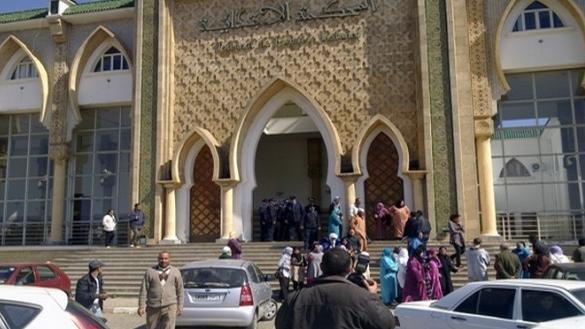 6  سنوات حبسا لأب وابنه في قضية تهديد بقتل إمام وخطيب مسجد ينتقد «داعش»
