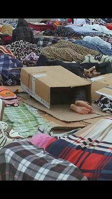 صورة تهز الفيسبوك….إطار مغربي يتغطى بالكارطون في مراكش