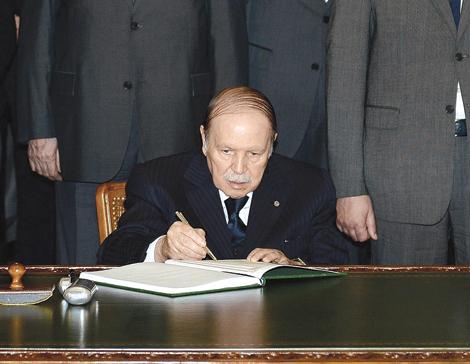 """كارثة: الجزائر تتجه نحو """"ولاية خامسة"""" للرئيس بوتفليقة عن عمر 82 سنة المريض المقعد"""