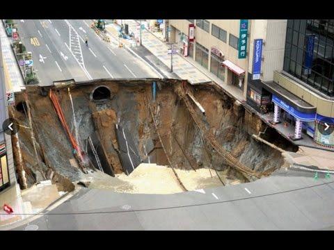 حفرة عملاقة تبتلع شارعا في اليابان