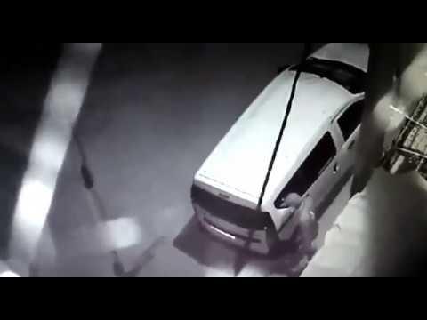 كاميرا مراقبة ترصد شفار شاهد ماذا يفعل بالسيارة