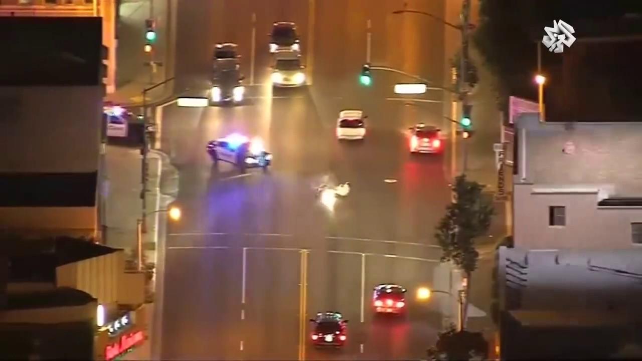 مطاردة ليلية لسائق دراجة نارية متهور في كاليفورنيا