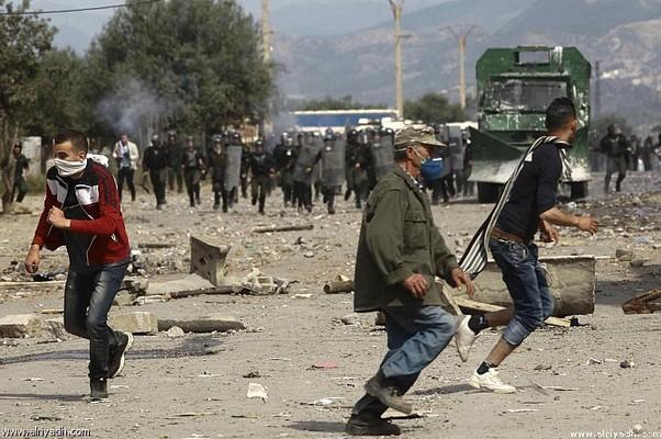 مواجهات عنيفة بين الشرطة ومتظاهرين بمنطقة القبائل الجزائرية