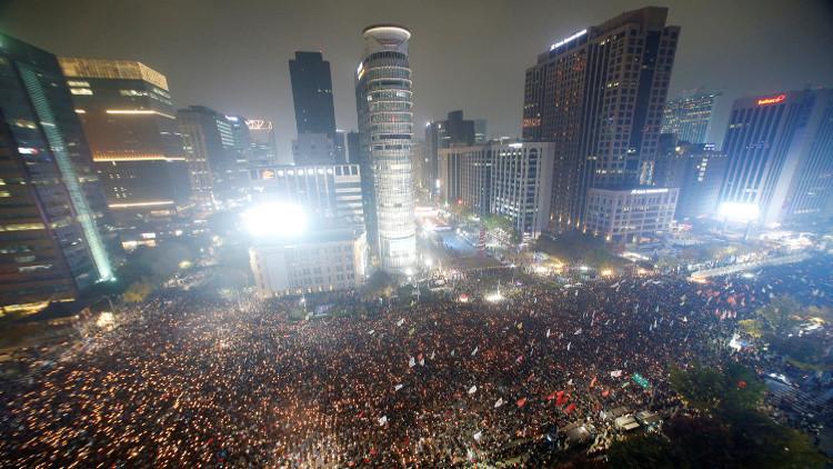 عشرات الالاف من المتظاهرين يطالبون باستقالة الرئيسة الكورية الجنوبية