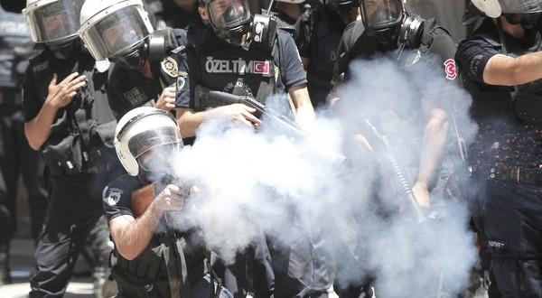 شرطة اردوغان تستخدم الغاز المسيل للدموع لتفريق محتجين في اسطنبول