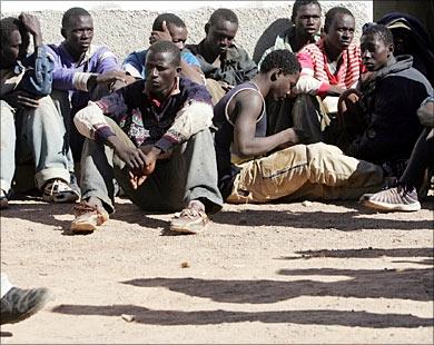 الجزائر تقمع المهاجرين الافارقة وترحلهم….في الوقت الذي قام المغرب بإدماجهم في الحياة الاقتصادية والتنموية